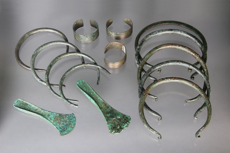 Mitunter findet man ganze Ansammlungen bronzeizeitlicher Schmuckstücke. Hier ein Hortfund von Dresden-Prohlis mit drei Armreifen, neun Halsringen und zwei Randleistenbeilen aus der Zeit 2.200 bis 1.600 v.Chr.