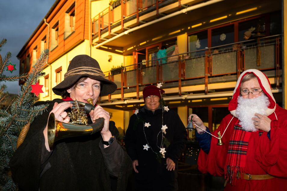 Annette Schmidt-Scharfe (li.) sowie Annegret und Karlheinz Schowalter überbrachten dem Pflegeheim einen musikalischen Weihnachtsgruß.