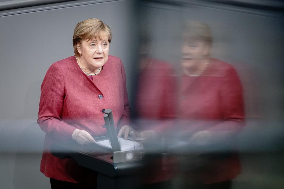 """""""Wir haben es doch schon einmal geschafft, wir können es jetzt wieder schaffen."""" Bundeskanzlerin Angela Merkel (CDU) spricht am Freitag im Bundestag zu den Abgeordneten."""