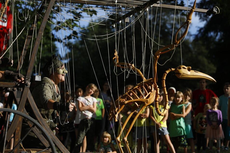 Beim Viathea-Auftakt im Görlitzer Stadtpark durfte auch ein fliegendes Skelett nicht fehlen.