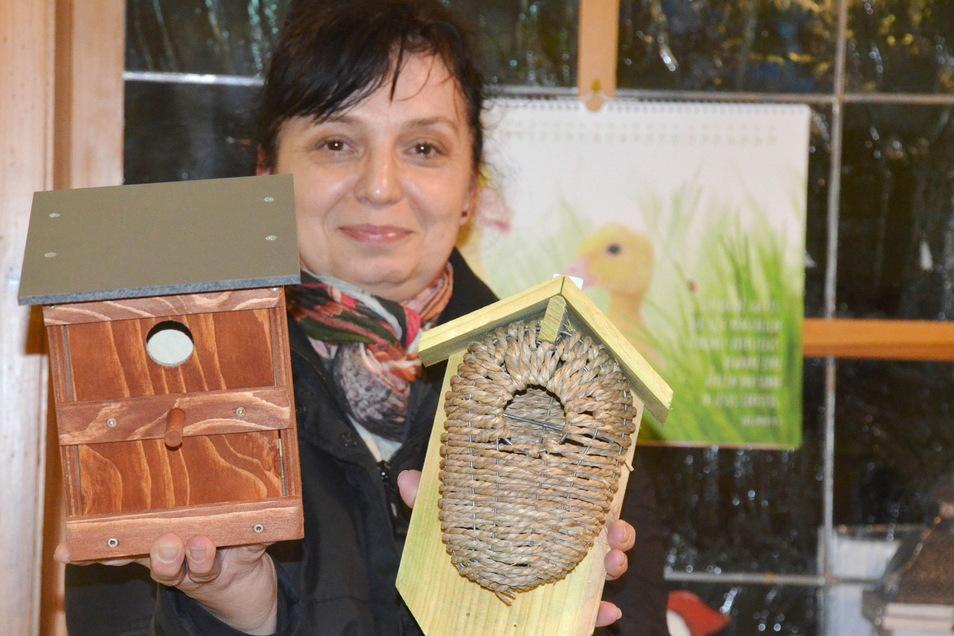 """Kita-Leiterin Kerstin Titzler hat zusammen mit ihren Kolleginnen und den Kindern Nistkästen gebaut. Die werden am """"Himmelsweiher"""" in den Bäumen aufgehängt."""