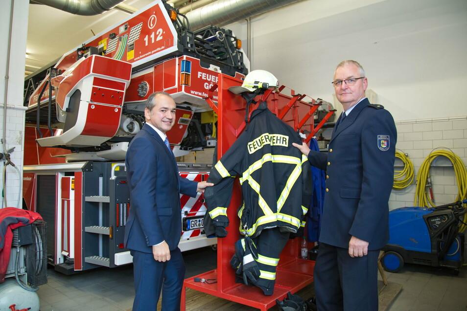 Da war die Kleidung noch in Ordnung: Im Oktober 2019 besuchte Oberbürgermeister Octavian Ursu die Feuerwache auf der Görlitzer Krölstraße und Leiter Uwe Restetzki.