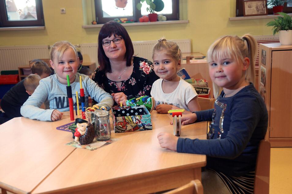 Lea, Zoe und Emely freuen sich sicherlich schon darauf, am Montag ihre Erzieherin Katja Menzel wiederzusehen und mit ihr zu spielen.