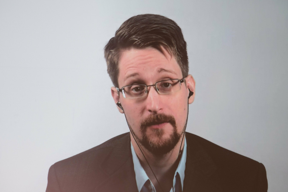Der von den USA gesuchte Whistleblower und ehemalige US-Geheimdienstmitarbeiter Edward Snowden will die russische Staatsbürgerschaft beantragen.