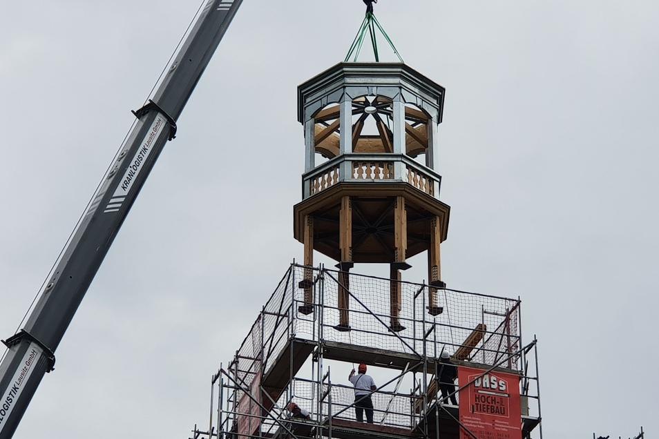 Der Unterbau der Turmhaube wird aufgesetzt.