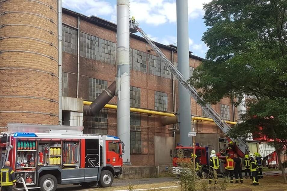 Der Brand war im Inneren einer Halle der Schmiedewerke ausgebrochen. Feuerwehreinsatzkräfte löschten auch von außen.