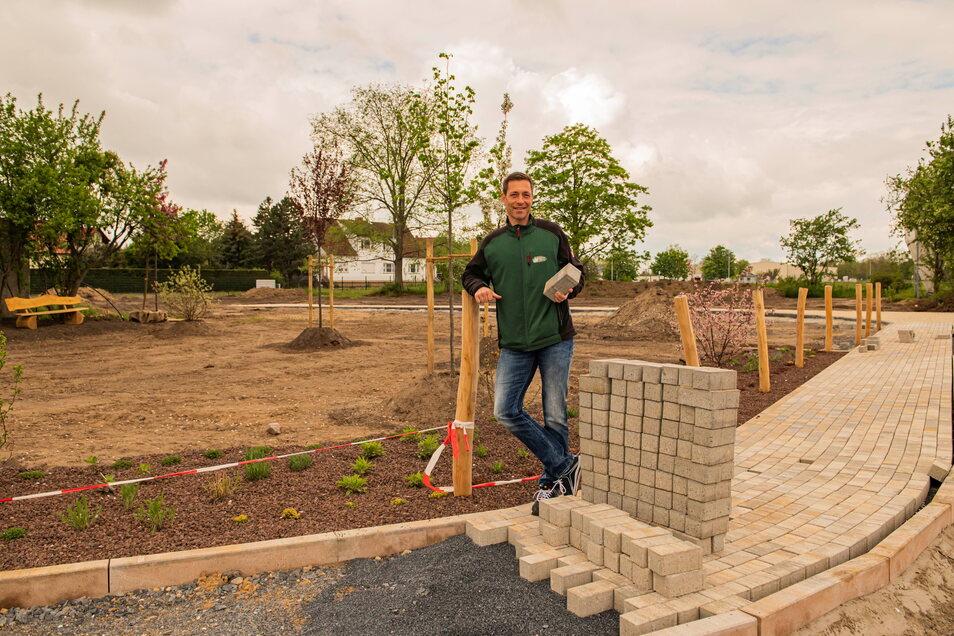 Alexander Riedel vom Großenhainer Geflügelhof lässt einen neuen Spielplatz auf dem Gelände bauen.