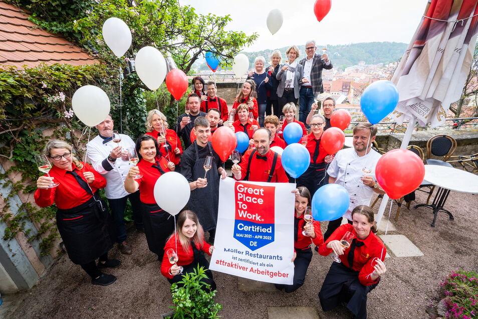Mitarbeiter der Meißner Müller-Restaurants feiern die Zertifizierung des Unternehmens als attraktiver Arbeitgeber.