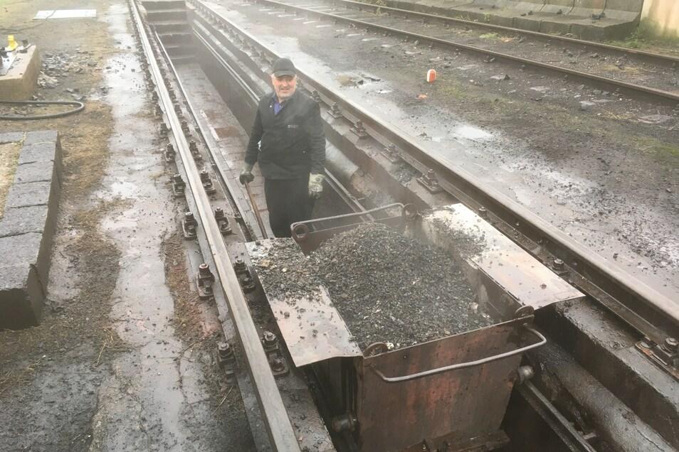 Per Hand schaufelt Uwe Jachmann 400 Kilogramm Schlacke aus der Grube.