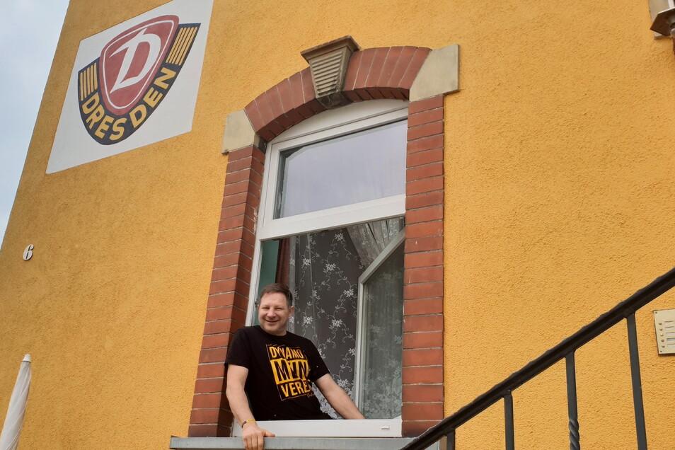 Sven (Benno) Nowotny hat an sein Eltern-Haus in Leutersdorf ein großes Dynamo- Emblem malen lassen.