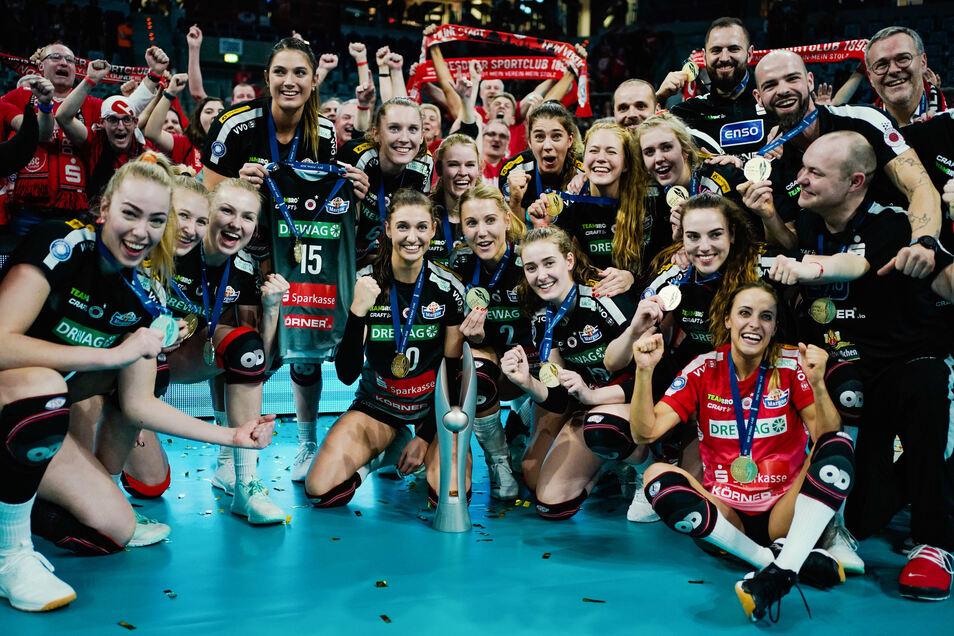 Glückliche Siegerinnen. Die Dresdner Volleyball-Frauen erkämpfen sich den Pokalsieg.