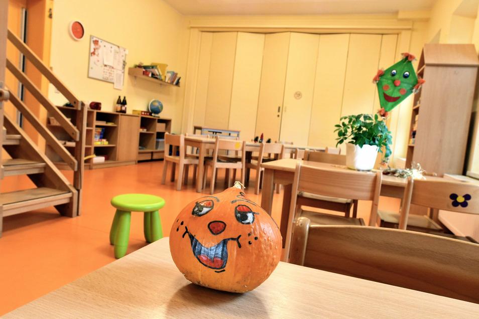 """Nur der Kürbis lacht: Das Zimmer der Tiger-Gruppe in der Großschönauer Awo-Kita """"Kinderland"""" ist verwaist, die Kinder aus der Gruppe müssen zu Hause bleiben."""