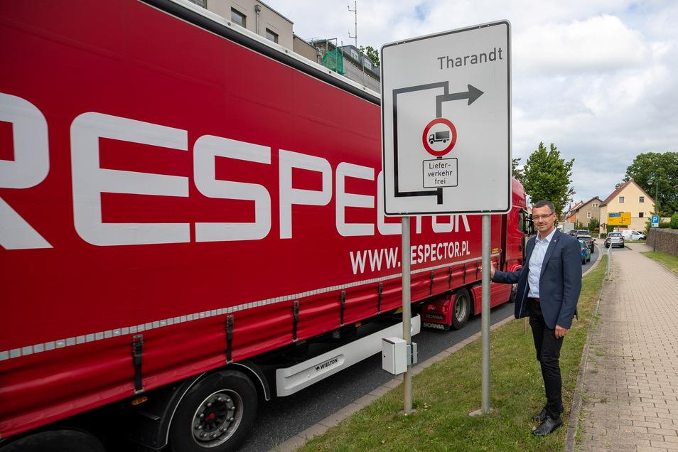 Diese Bilder soll es nicht mehr geben. Das Landratsamt sperrt die Nossener Straße in Wilsdruff und die Ortsdurchfahrt in Limbach für den Transit-Schwerlastverkehr. Dafür hatte sich auch Wilsdruffs Bürgermeister Ralf Rother eingesetzt.