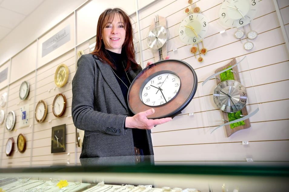 Grit Ulbrich in ihrem Uhren- und Schmuckgeschäft im Zittauer Rewe-Zentrum.