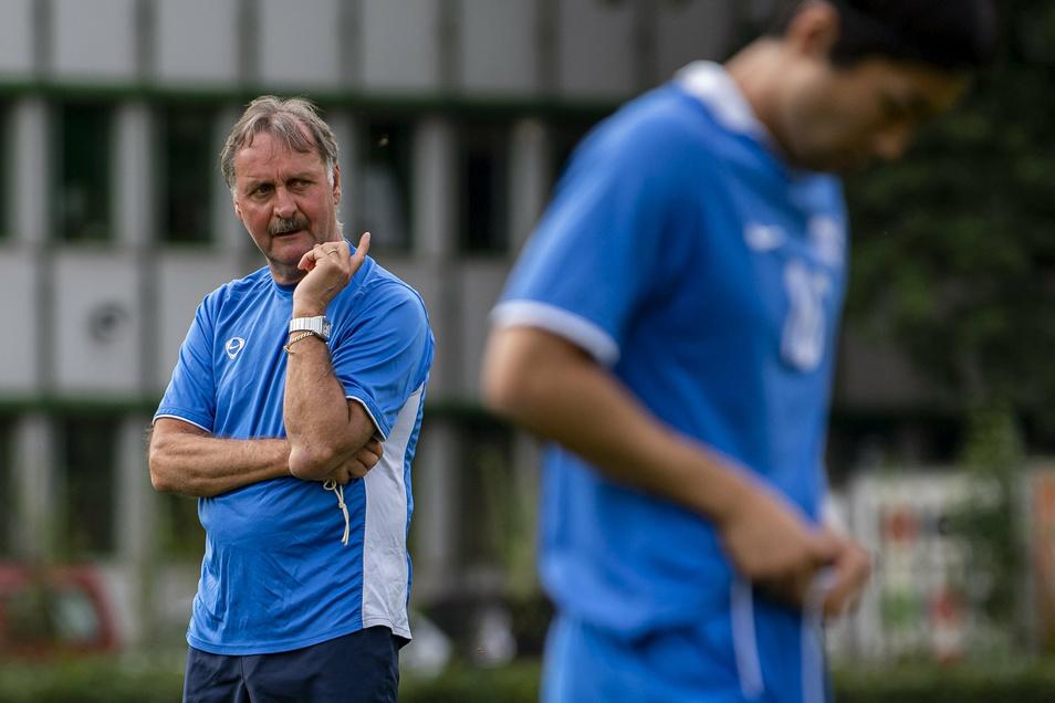 Peter Neururer wurde im Dezember 2014 beim VfL Bochum entlassen. Es ist seine bisher letzte Trainerstation im Profi-Fußball. Jetzt versucht er, vereinslose Spieler für eine neue Aufgabe fit zu machen.