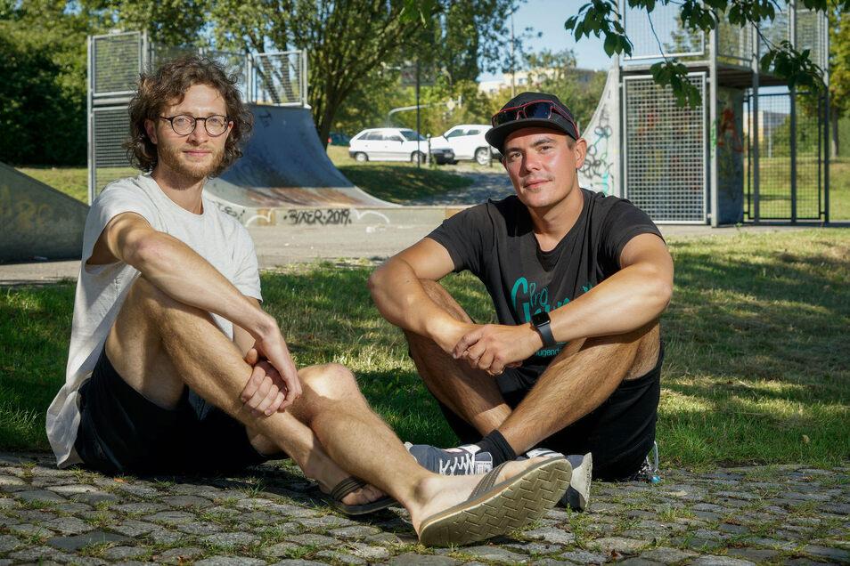 Toni Lange vom Mehrgenerationenhaus (l.) und Streetworker Benno Auras freuen sich: Bautzen bekommt einen neuen Skatepark.