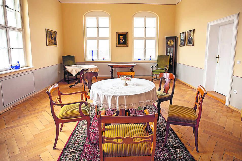 Seit zehn Jahren wird Schloss Struppen schrittweise saniert. Fertig ist unter anderem das Rayski-Zimmer, in dem sich Brautpaare standesamtlich trauen lassen können.