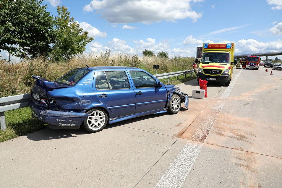 Der VW Jetta ist nur noch Schrott. Der Fahrer kam verletzt ins Krankenhaus.
