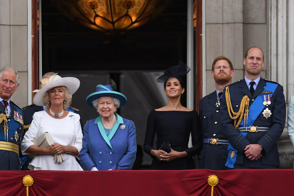 Im Juli 2018 war die royale Welt noch in Ordnung. Der britische Thronfolger Prinz Charles, Herzogin Camilla, die britische Königin Elizabeth II, Herzogin Meghan, Prinz Harry, Prinz William und Herzogin Kate im Buckingham-Palast (v.l.n.r.).