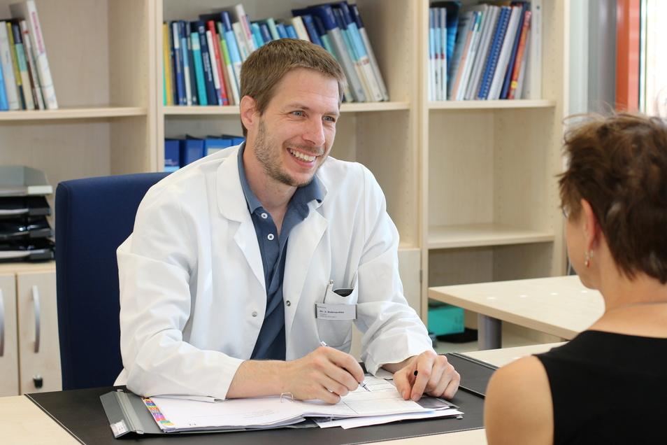 Dr. Jakob Dobroschke in seiner proktologischen Sprechstunde: Es gibt viele individuelle Therapien, um Inkontinenz zu behandeln.
