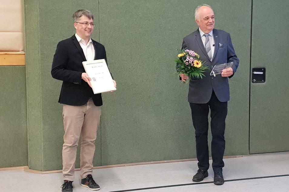 Bürgermeister Cornelius Stempel (links) übergibt Dr. Gottfried Hanzl die Urkunde für die Ehrenbürgerwürde von Oderwitz.