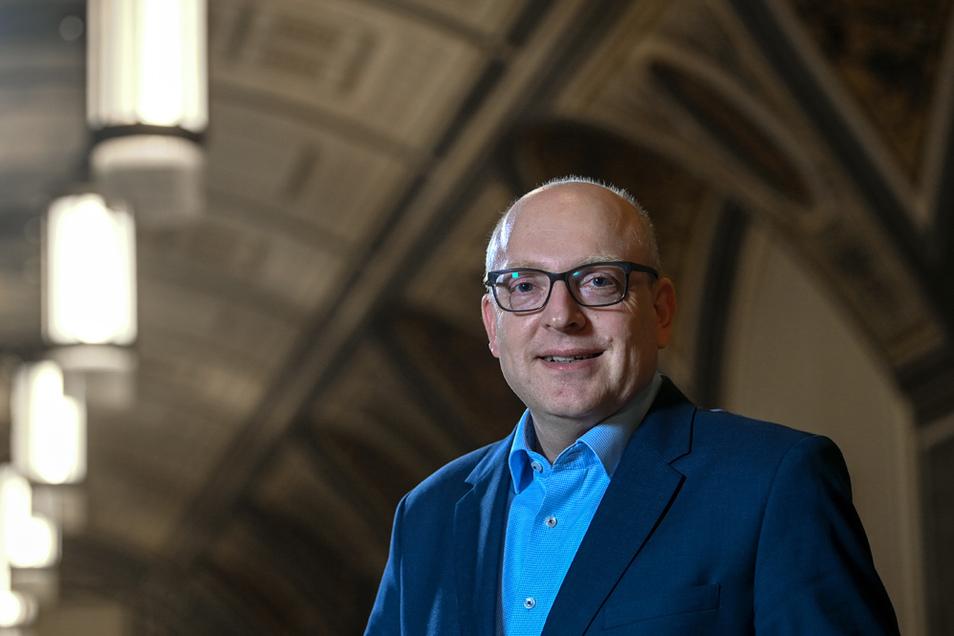 Sven Schulze (SPD), Oberbürgermeister von Chemnitz, steht im Wandelgang des Neuen Rathauses