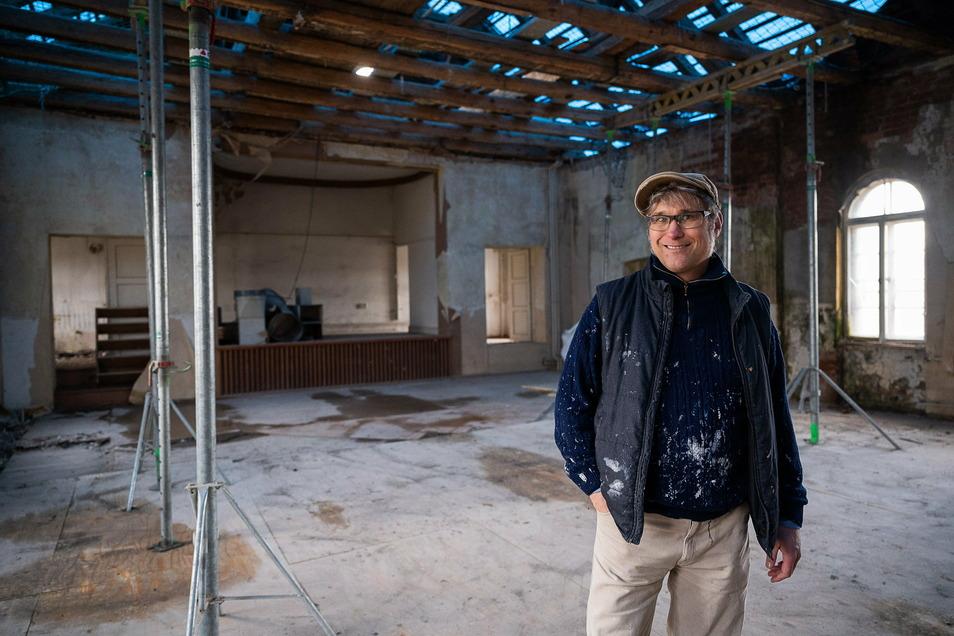 Bauherr Thorben Fritz steht im Saal des ehemaligen Kulturhauses auf der Seidenberger Straße in Altweinhübel. In diesem Saal will er später wohnen.