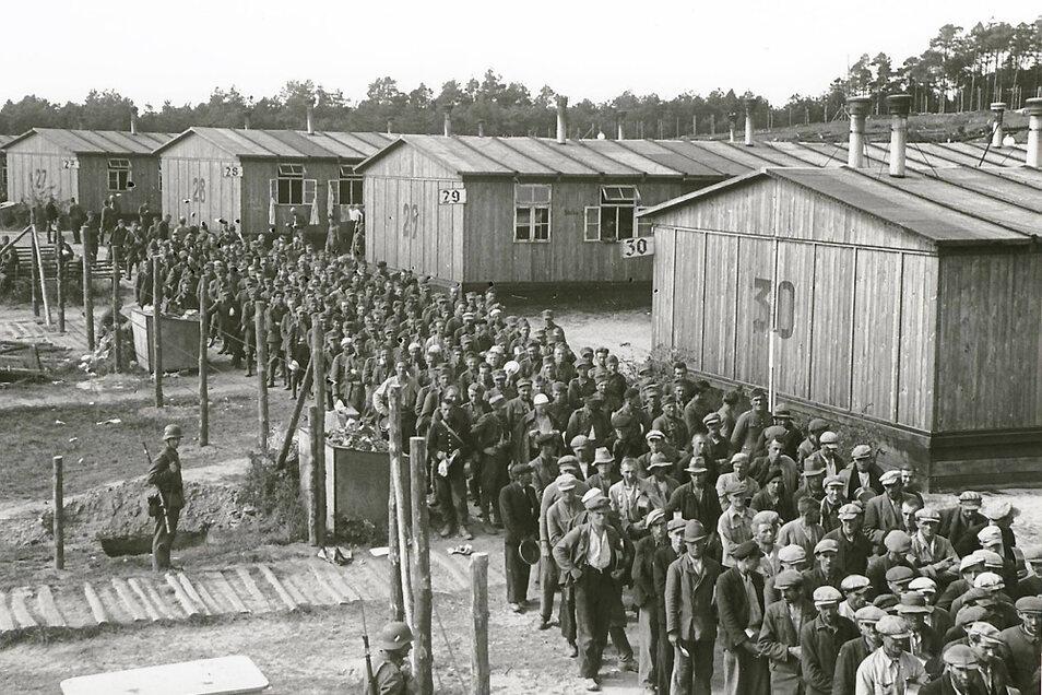 Kriegsgefangenenlager Elsterhorst (heute Nardt). Die Aufnahme zeigt im September 1939 polnische Gefangene die auf Verpflegung warten.