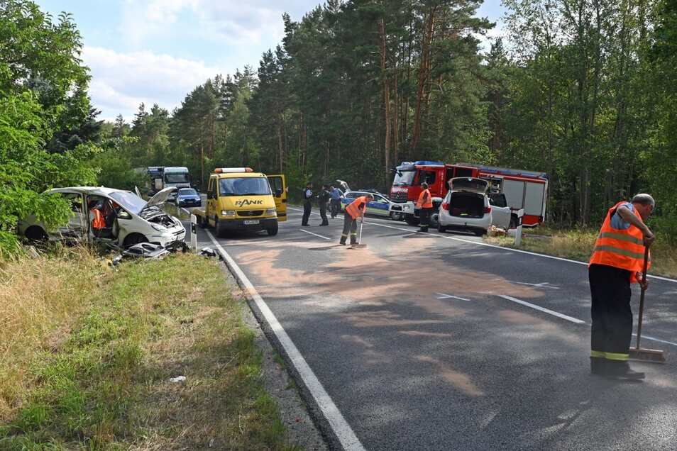 Die Unfallstelle mit dem Citroen (l.) und dem Opel.