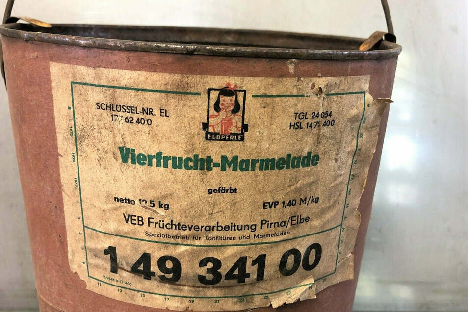 Süßer Brotaufstrich: Vierfrucht-Marmelade aus Pirna im Pappeimer.