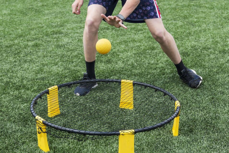 Spikeball, auch Roundnet genannt, ist ein einfaches aber rasantes Spiel, das sich zum Trendsport entwickeln könnte.