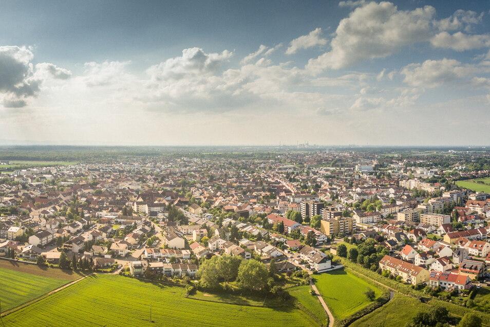 Die Gemeinde Oftersheim in der Nähe von Heidelberg hat mit ihren etwa 12.000 Einwohnern eine ähnliche Größe wie Weinböhla mit gut 10.000 Einwohnern. Sie ist ebenso durch eine ländliche Struktur sowie den Charakter als Wohngemeinde gekennzeichnet.
