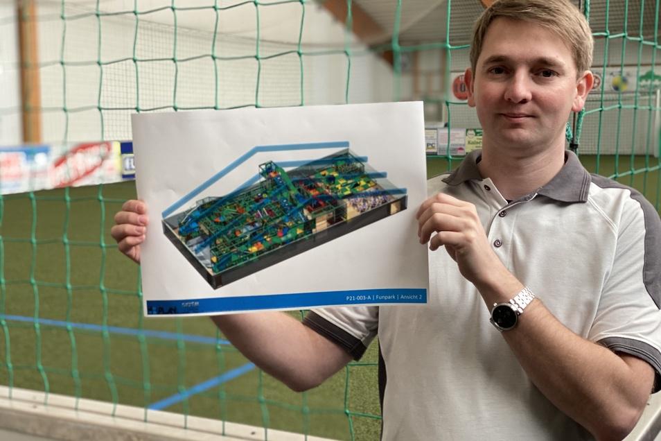 Heiko Wasser zeigt den Plan des Kinderlandes, wie es in der Soccer-Halle entstehen soll.