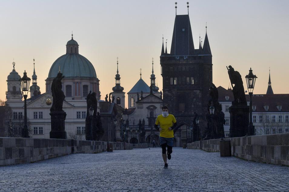 Ein Mann läuft mit Mundschutz über die leere Karlsbrücke in Prag.