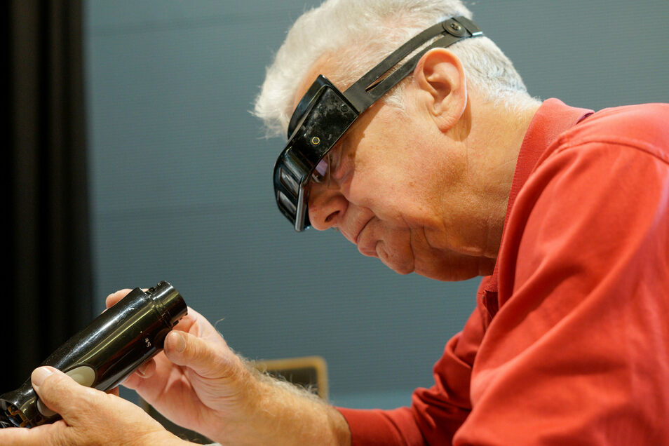 Ganzmacher Rainer Klatte versucht, den Handmixer weiter zu öffnen, um herauszufinden, warum er nicht mehr funktioniert.