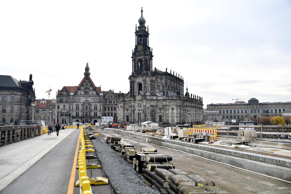 Derzeit wird die elbabwärts liegende Seite der Augustusbrücke saniert. Der neue Fußweg soll schon freigegeben werden, bevor die Straße erneuert wird.