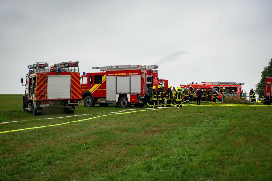 Auch bei einem Hausbrand Ende August in Oberneusorge am äußersten Zipfel von Roßwein genügte das Löschwasser vor Ort nicht. Mit mehreren Löschfahrzeugen brachten Feuerwehrleute aus ganz Roßwein und den Nachbargemeinden das Wasser übers Feld zum Einsatzdor
