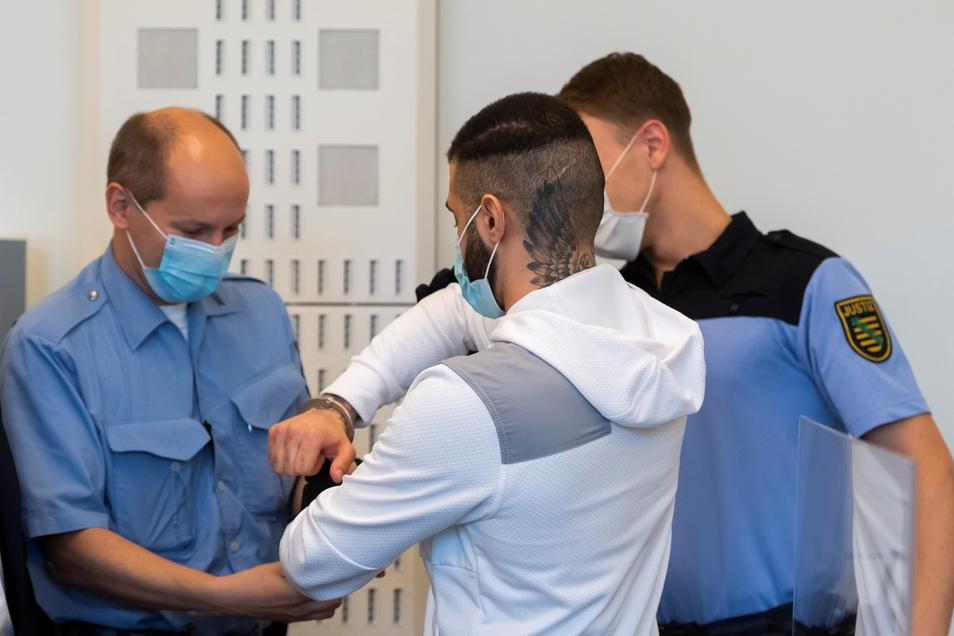 Während des Prozesses werden dem Angeklagten die Handschellen abgenommen.