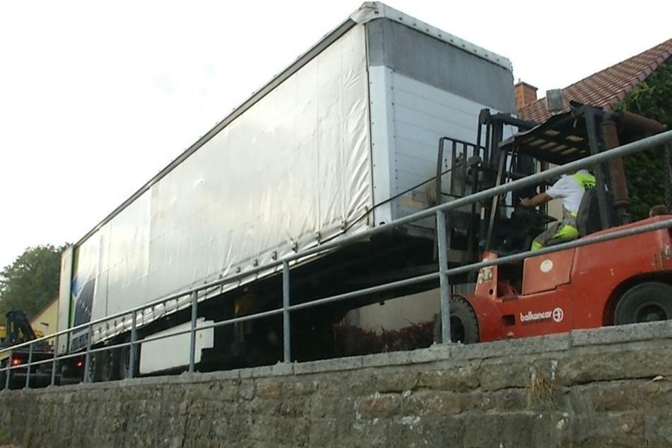 Stück für Stück wurde der LKW-Auflieger wieder in die richtige Spur gebracht. Am Ende wurde auch die Zugmaschine aus ihrer misslichen Lage befreit.