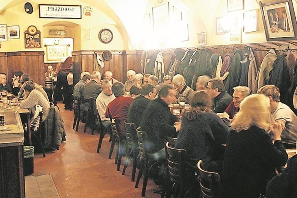 """Das Lokal """"U Zlateho tygra"""" (Zum goldenen Tiger) gehört zu den schönsten in Prag – mit dem besten Bier. Den Ruf als Biertrinkernation Nummer eins verdanken die Tschechen auch der Trinkfestigkeit der Touristen. Foto: dpa"""