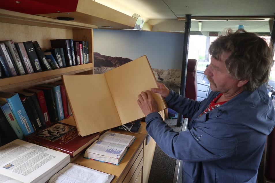 Über 1.000 Orte in Deutschland und einige Orte in Polen, Tschechien, Ungarn und Rumänien besuchte das BibelMobil bereits. Mitarbeiter Andreas Schmidt zeigt eine Blinden-Bibel.