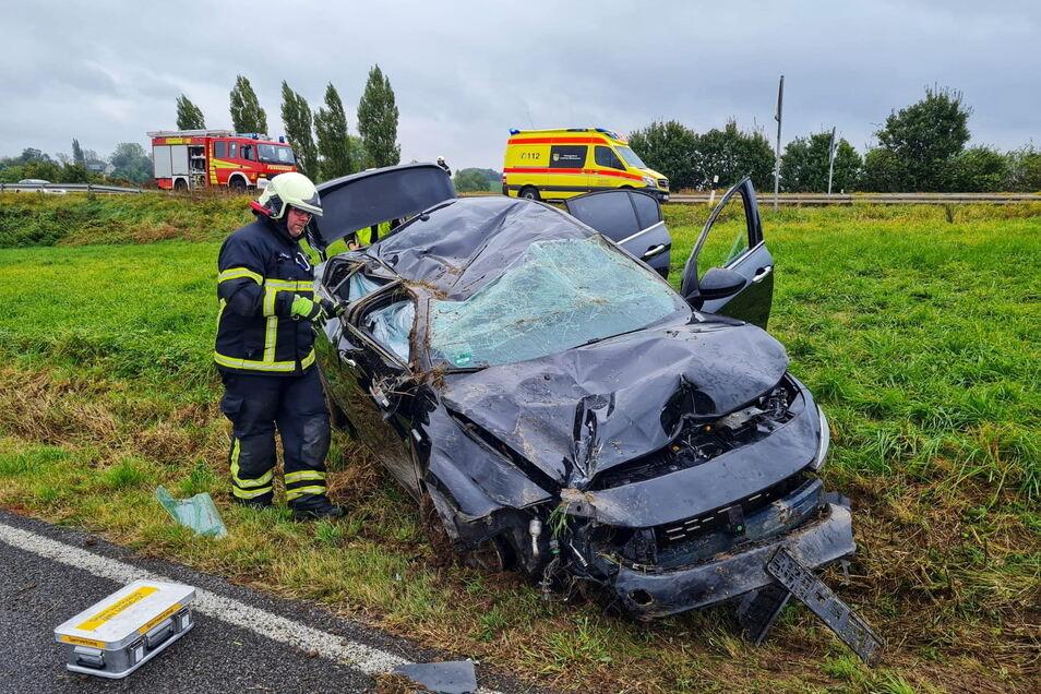 An der Straße zwischen Gadewitz und Döbeln hat sich am Donnerstagnachmittag ein schwerer Unfall ereignet, bei dem Rettungsdienst und Feuerwehr zum Einsatz kamen.