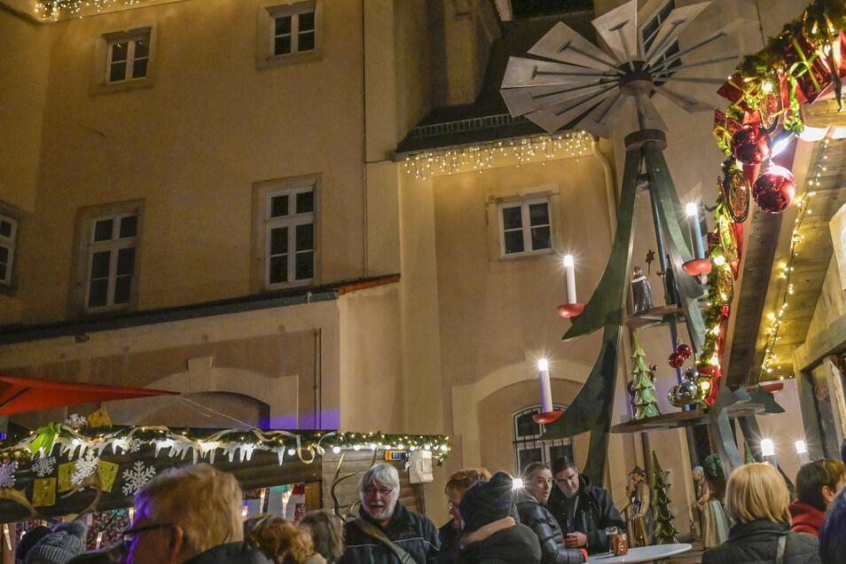 Gedränge hinter dem Rathaus: So sah die Riesaer Klosterweihnacht 2018 aus. Derzeit arbeitet man daran, auch für 2020 eine Variante zu finden.