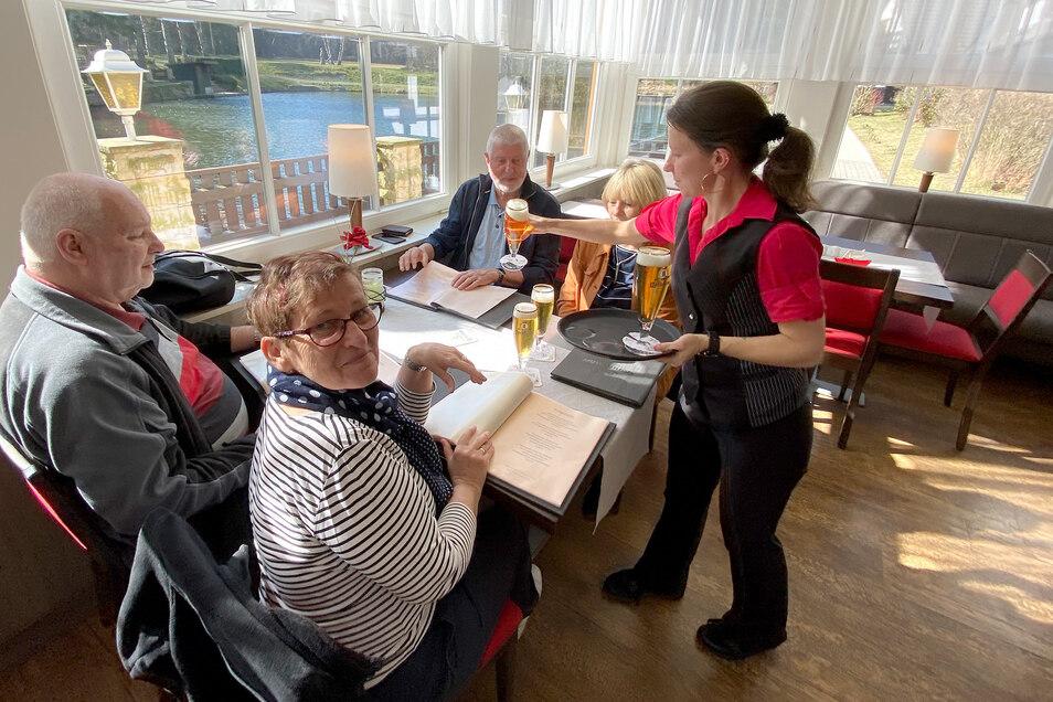 Sylvia Haußig serviert frisch gezapftes Bier in der Jonsdorfer Gondelfahrt. Zum Mittagessen können die Gäste auch weiterhin kommen.