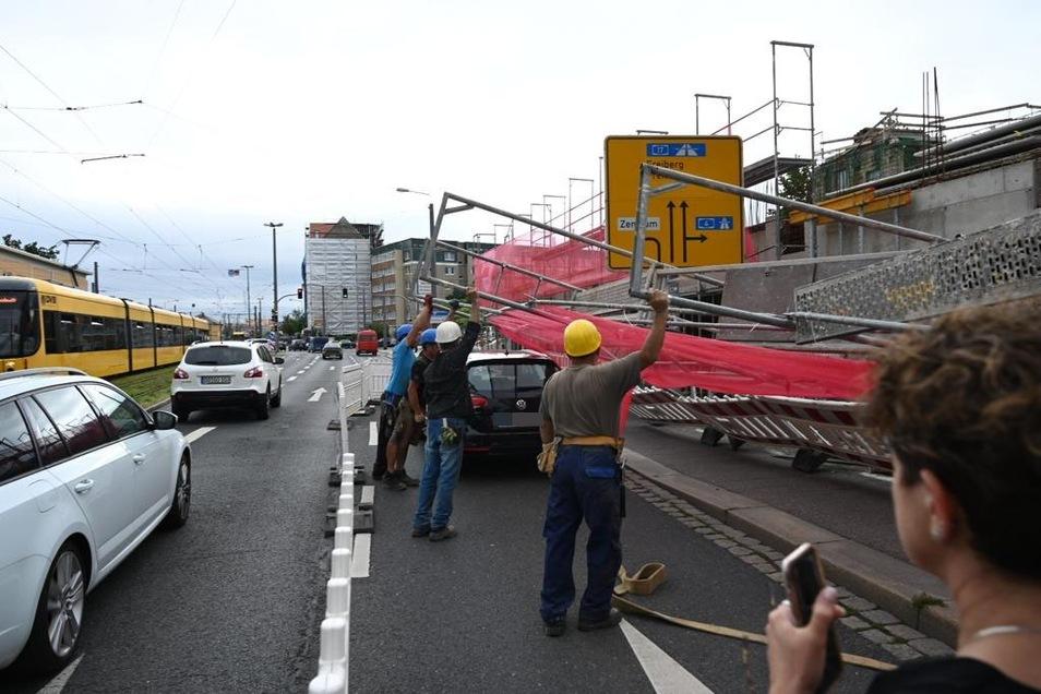 Es staut sich auf der Weißeritz Straße: Mehrere Mitarbeiter versuchen das Gerüst wieder aufzustellen,