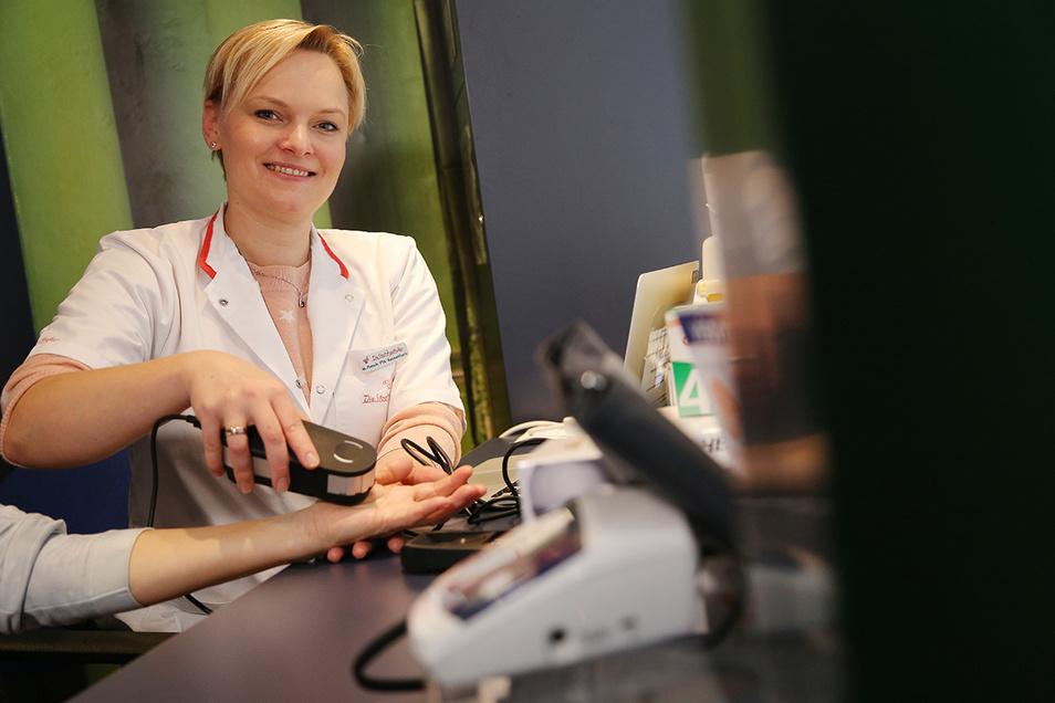 Apothekenmitarbeiterin Marlen Pietsch beim Zell-Check mit einer Kundin - eine Fachberatung ist inklusive.