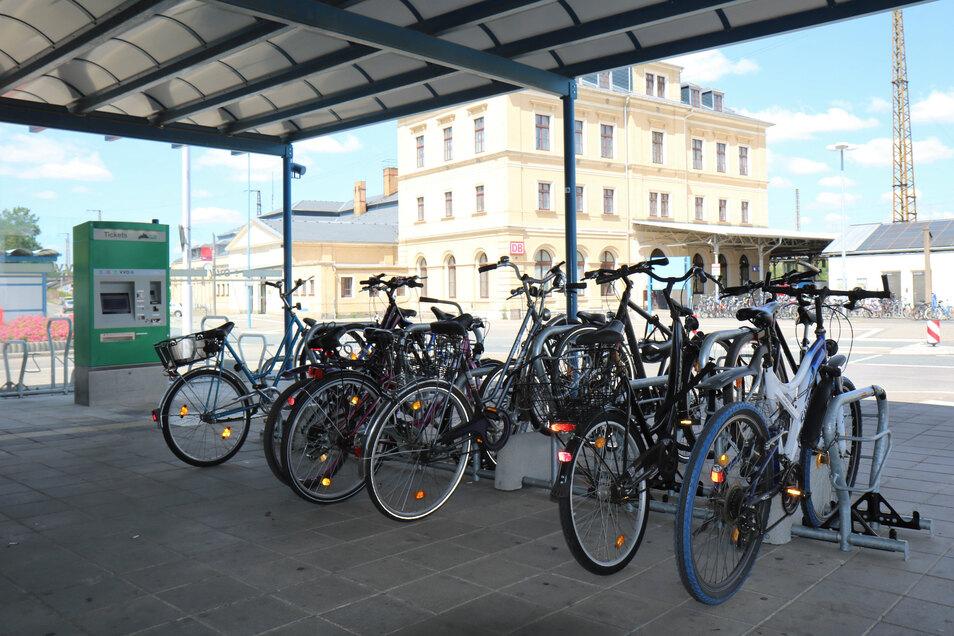 Nicht mitgezählt: Diese neuen Radständer gegenüber des Riesaer Bahnhofs tauchen in der aktuellen Studie des Radverbands ADFC nicht auf, heißt es von der Stadtverwaltung.