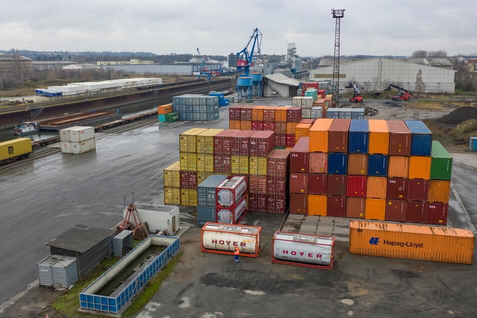 Im Riesaer Hafen werden unter anderem Container umgeschlagen. Um die Menge der Container zu erhöhen, wird schon lange an Plänen für ein neues Terminal gearbeitet.