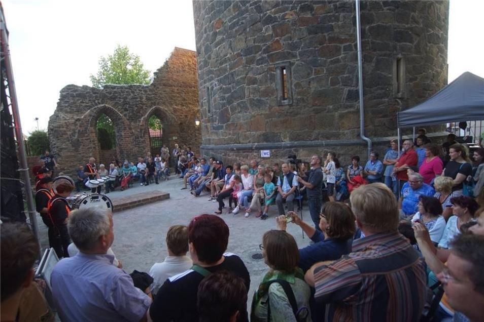 An der Mönchsruine hatten sich schon viele Besucher eingefunden.