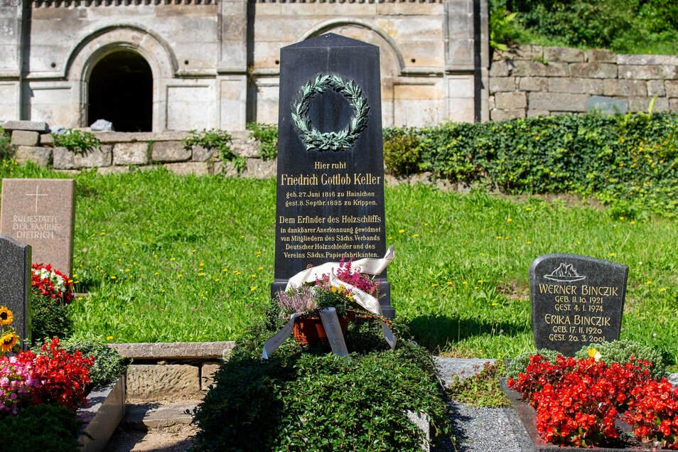 Kellers Grab auf dem Friedhof in Krippen: Einwohner haben anlässlich des 125. Todestags am 8. September einen Kranz niedergelegt.